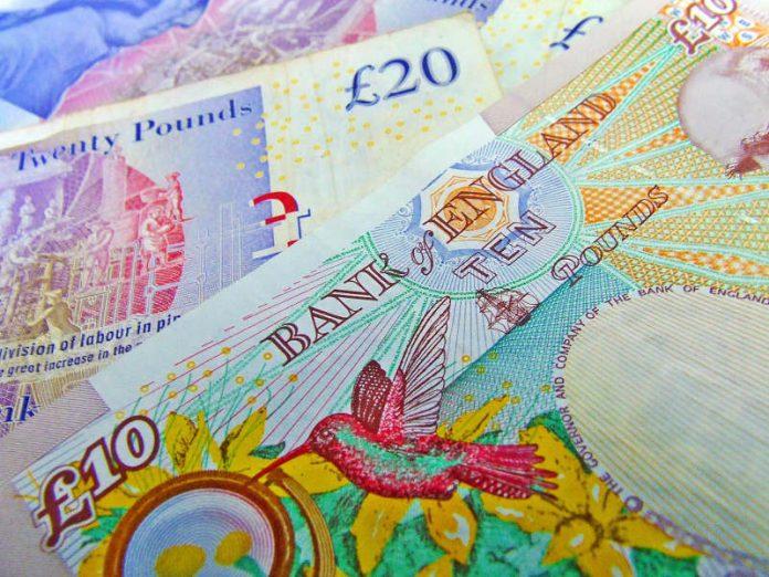 La libra cae frente al dólar